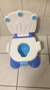 babyens hvite og blå Fisher-Price potty trener