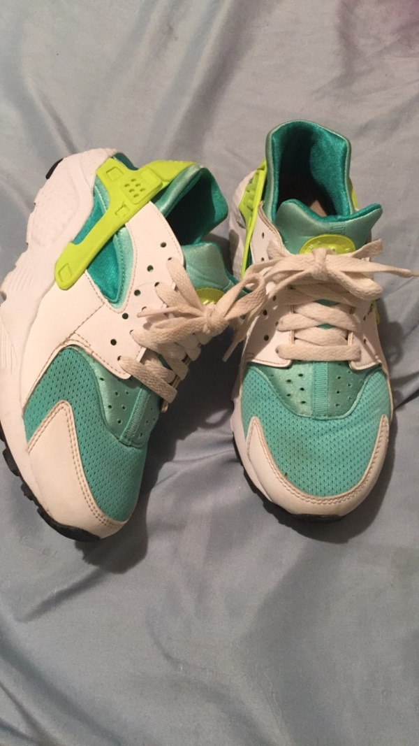 huge discount 4f753 cd5b7 Pair of white-and-green nike huarache