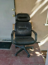 black leather padded rolling armchair Bakersfield, 93307