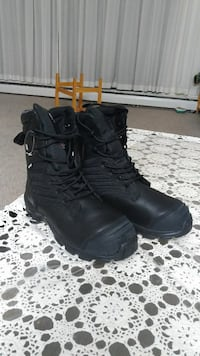 pair of black leather snow boots Surrey, V3R 1V4