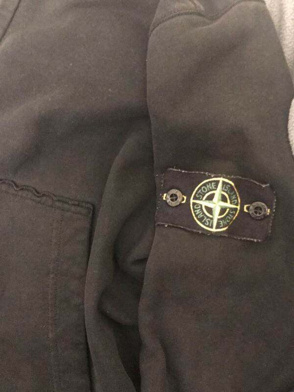 Authentic stone island black zip up hoodie c1044d78-9d0c-4b66-a586-a58489027a0f