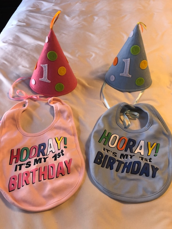 Used 1st Birthday Hat And Bibs Once New Condition For Sale In York