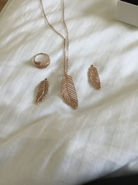 Authentic pandora Rosegold feather set Pickering, L1V 4X1