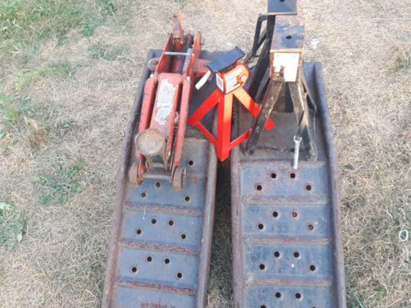 Three axle jacks 2 ton jack and 2 automobile ramps 3cee2b5f-d05d-407a-9b72-e1c0537ccc72