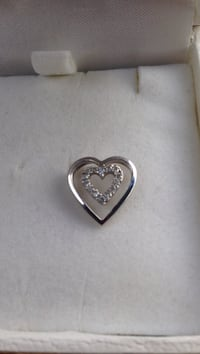 10k white gold pendant with inlaid diamonds