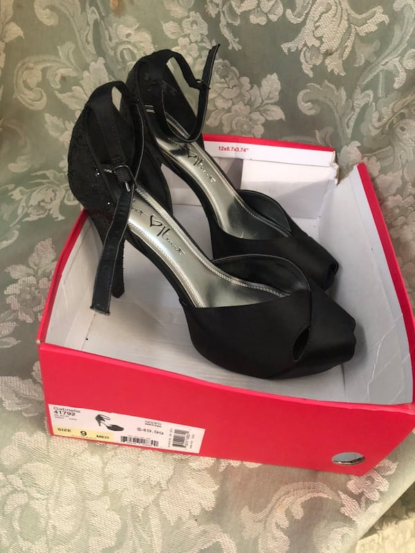 Ladies size 9 black heels (new in box)$25 or best offer a562e0df-6940-4048-b3d9-02c8904d07fb