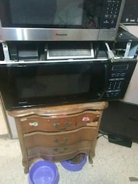 black and gray microwave oven 132 mi