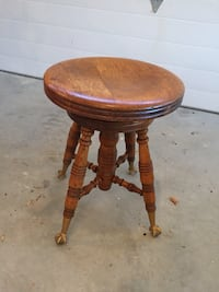 Round brown wooden pedestal table Briarcliff Manor, 10510