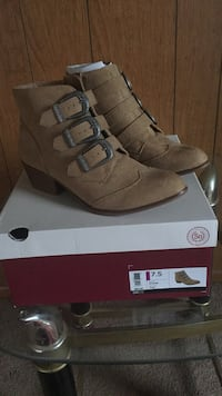 Pair of tan suede boots Harvard, 60033