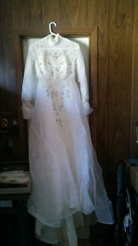 Wedding dress, size 8 with veil and long train. El Paso, 79924