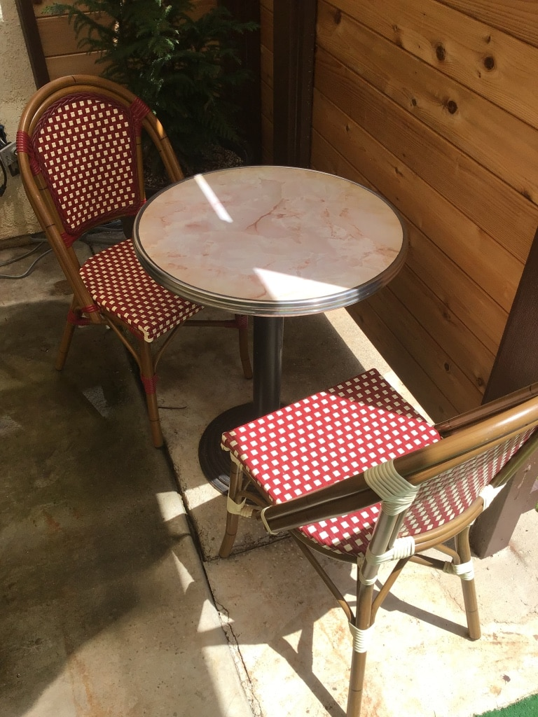 Photo Patio table with quartz top and two chairs