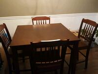 Square brown wooden table with four chairs di Manassas, 20110