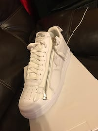 unpaired white Nike low-top sneaker with box