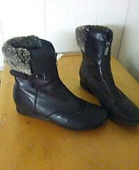 pair of black leather side-zip fur-lined snow booties