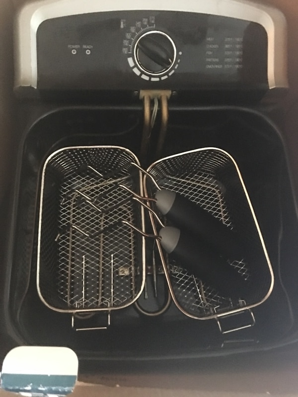 4 liter Deep fryer. Only used 3 times 2