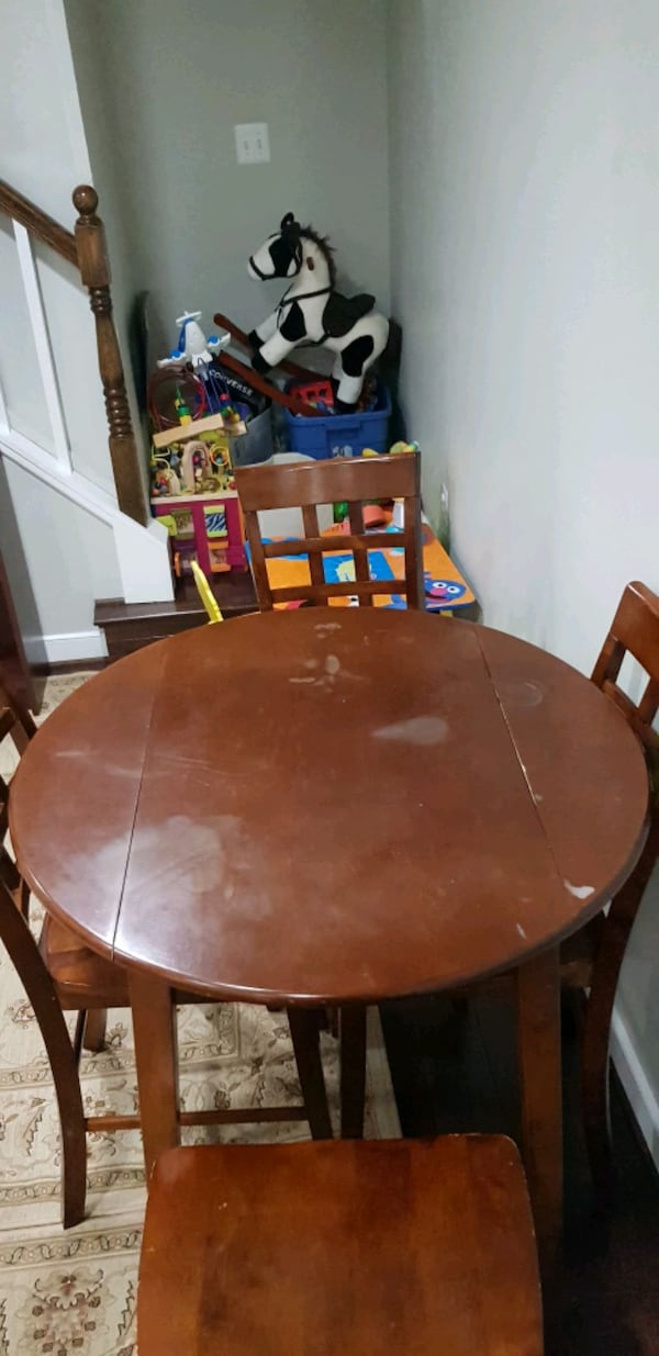 table and 4 chairs 564ddb23-8ed8-4fe3-9578-44615a9e7812