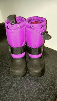 pair of purple-and-black drawstring winter boots Toronto, M3M