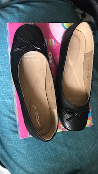 Pair of women's black flats with box Watsonville, 95076