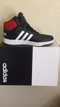 unpaired black and white Adidas low-top sneaker Vista, 92081