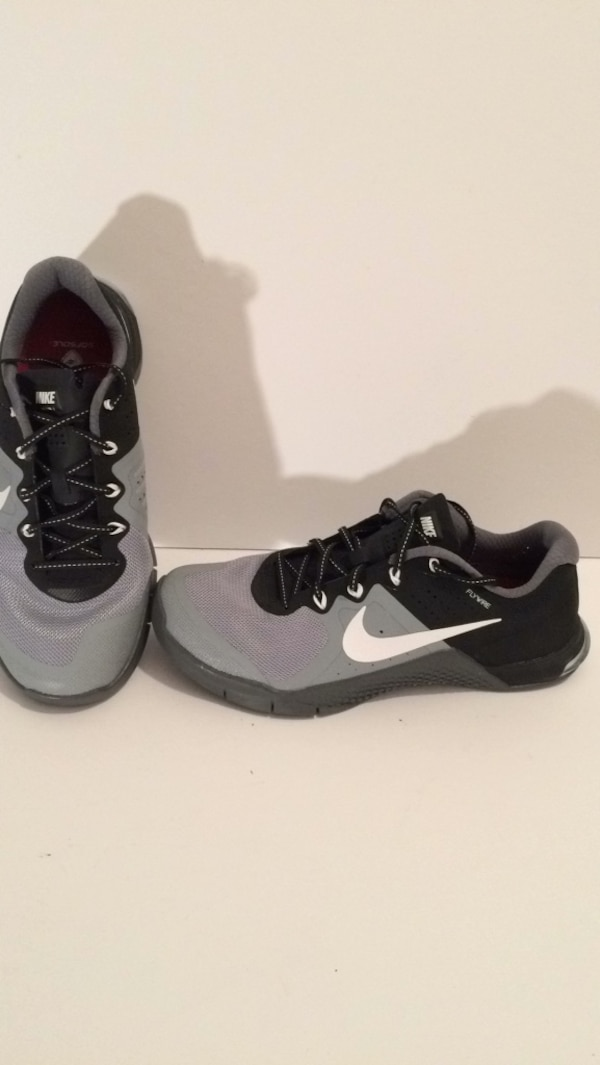 a4df3c2c20bf Used  35 Nike Flywire Woman s sneaker size 9 excellent condition for sale  in Sebastian - letgo