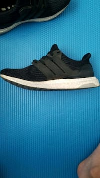 unpaired black and white Adidas low-top sneaker Toronto, M1V 1P6