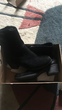 Pair of black leather boots New York, 11372