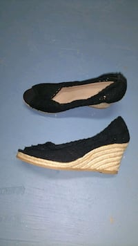 pair of black-and-white wedge shoes 40 km