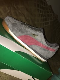 unpaired gray and pink Nike low-top sneaker Los Angeles, 90018