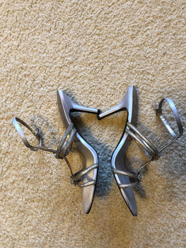 Shoes size 8 1/2 M by Marinelli silver embellished fashion heel 1c6f71d3-039f-44bb-a463-e911d03a1081