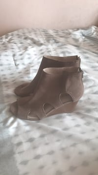 Pair of brown leather open toe chunky heels Brampton, L6T 3L9