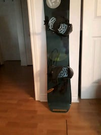 black and white snowboard with bindings Longueuil, J4L 2C5