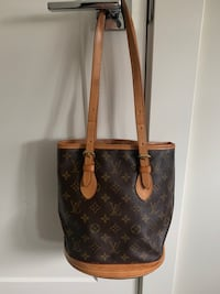 Authentic Louis Vuitton bucket Langley, V3M