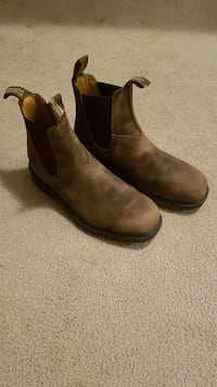 Size 6.5 blundstones chisel toe boot. Barely used