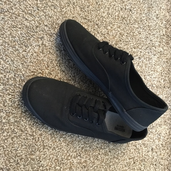 37aaab3ba47164 Used Women s Canvas shoes for sale in Canby - letgo