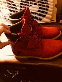 Pair of red timberlands boots Troy, 45373