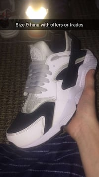 pair of white-and-black Nike basketball shoes Narvon, 17555