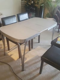 50's table with built in leaf Kelowna, V1Y 1Z4