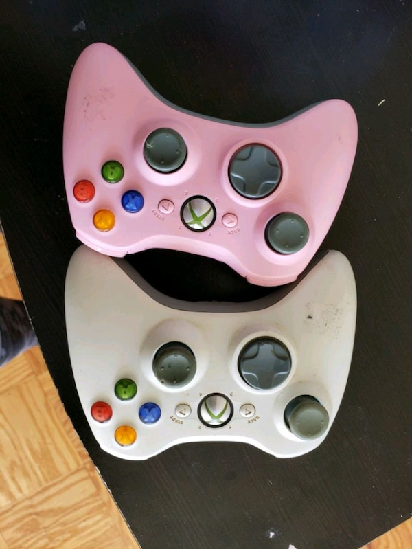 2 Xbox 360 wireless controllers
