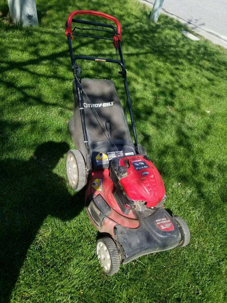 Photo Troy-Bilt Propelled Mower with grass catcher
