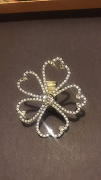 gold-colored clear gemstone flower brooch New York, 11214