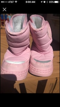 pair of pink snow boots screenshot California, 20619