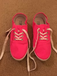 Pink tennis shoes (NEW)