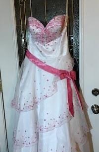 Alyce Designs White Princess Style Gown With Pink Beaded Flower s Clarksville, 47129