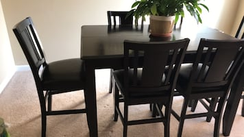 Extendable wooden dining  table and 8 chairs.