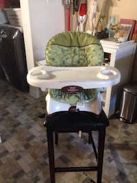 baby's white and green high chair Montréal, H2S 2X7