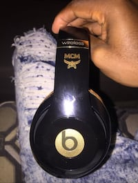 black and white Beats by Dr 2276 mi