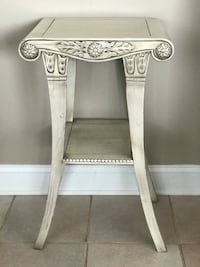 Beige accent table. Great condition Jamison, 18929