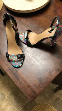 Women's pair of multicolored floral pumps size 9 Krotz Springs, 70750