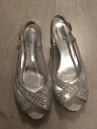 pair of silver-colored open-toe heels 536 km