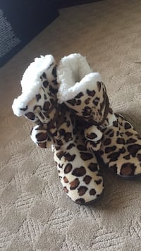 Womens House shoes/slippers. size 9/10 1028 mi